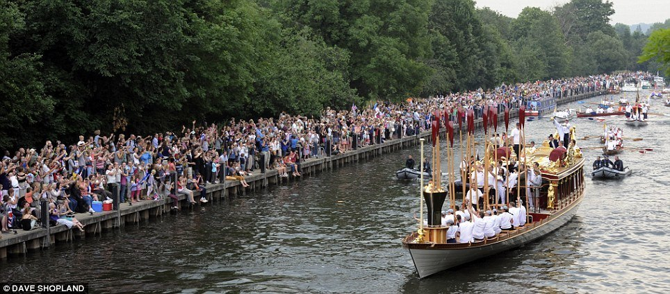 Approaching Teddington with crowds galore!