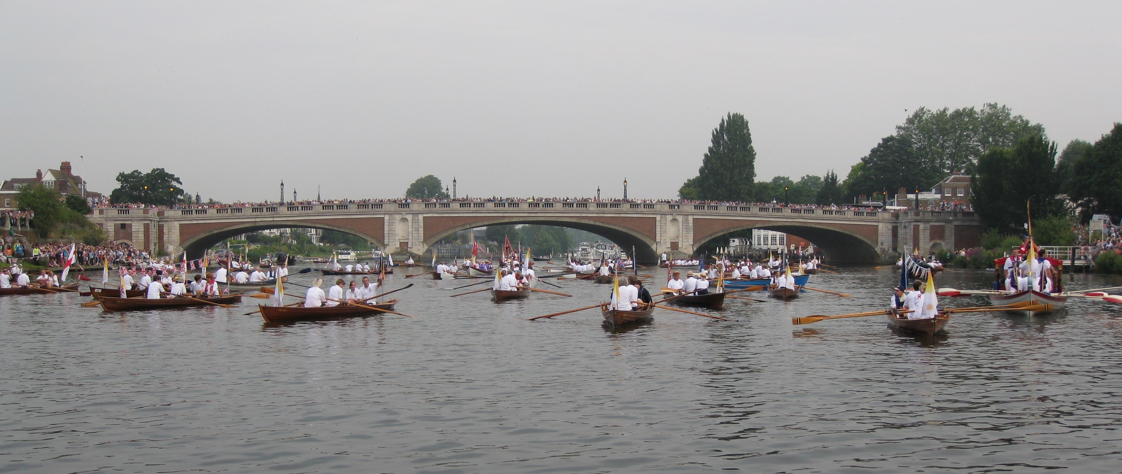 Flotilla 1 and Hampton Court Bridge crowds