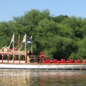 Gloriana and the Royal Watermen crew side view