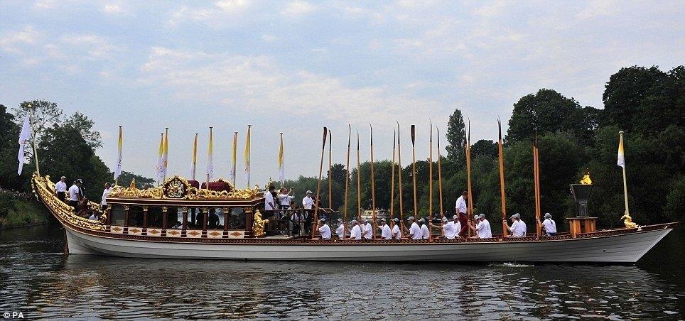Turning from Hampton Court Palace
