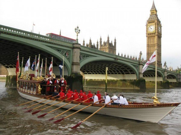 Gloriana transports the Lord Mayor past the Palace of Westminster